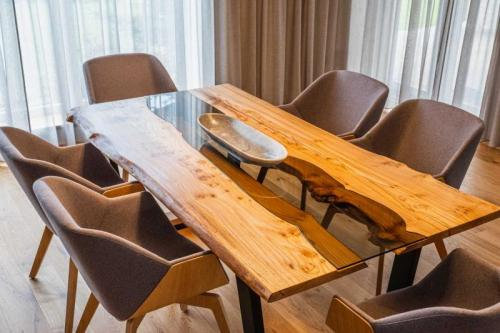 jilmový stůl